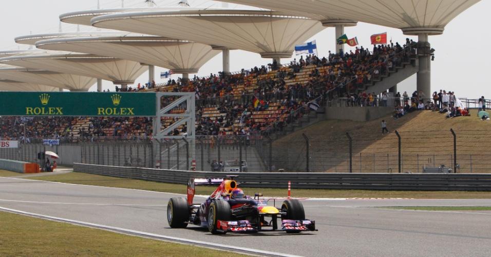 13.abr.2013 - Sebastian Vettel 'rasga' a reta no circuito de Xangai durante treino de classificação para o GP da China