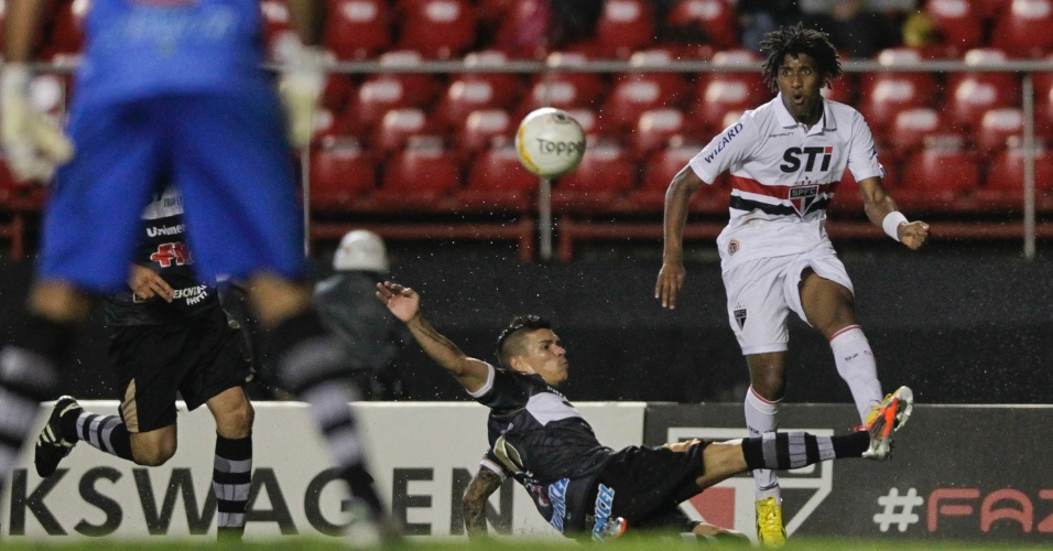 Bruno Cortez, lateral esquerdo do São Paulo, tenta o cruzamento, marcado por jogador do XV de Piracicaba, durante derrota no Paulistão