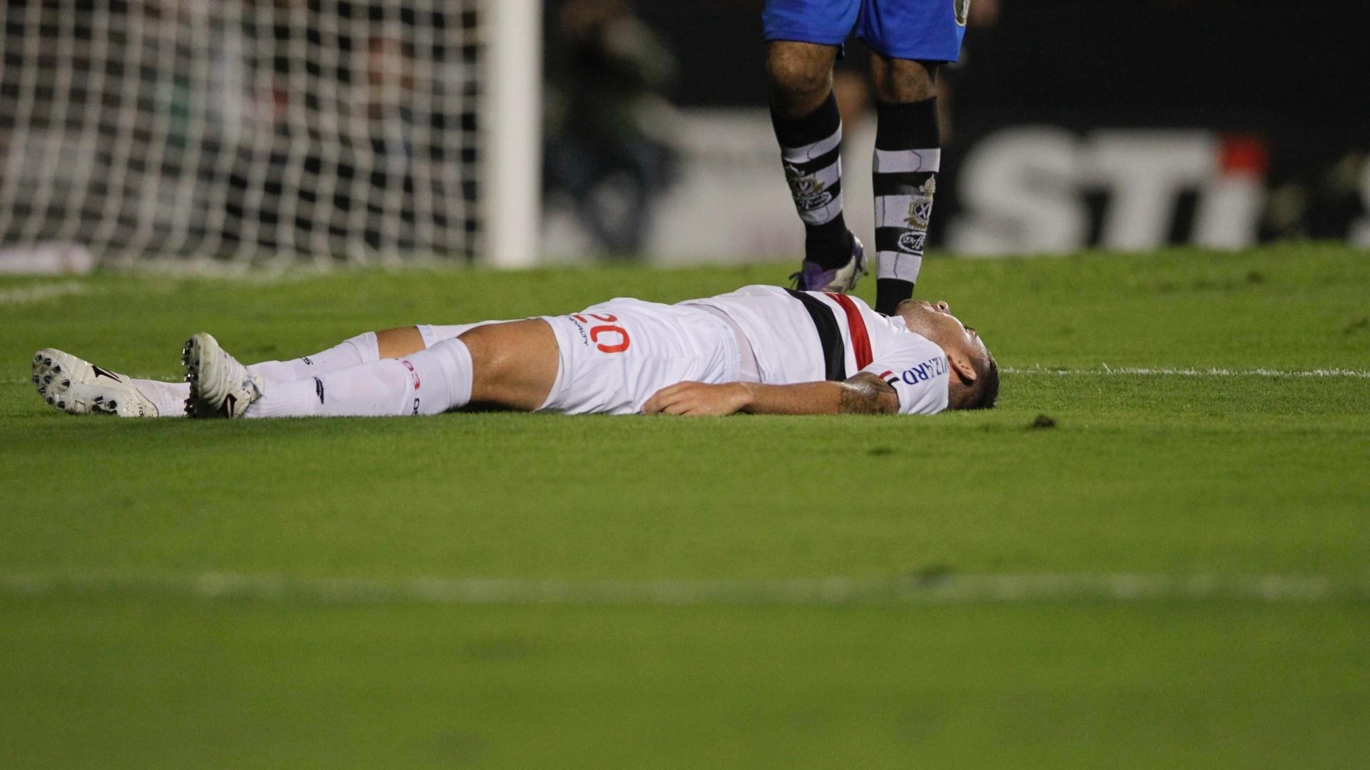 Cañete, meia do São Paulo, fica caído no gramado do Morumbi durante a partida contra o XV de Piracicaba, pelo Paulistão