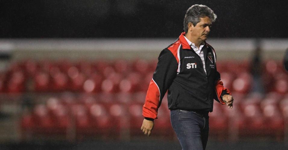Ney Franco, técnico do São Paulo, deixa o gramado do Morumbi após a derrota por 1 a 0 para o XV de Piracicaba