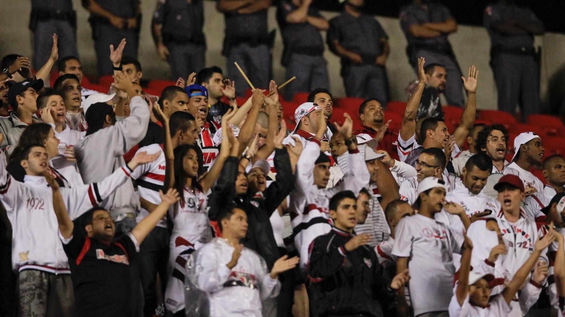 Torcedores do São Paulo protestam no Morumbi e pedem 'raça' durante a partida contra o XV de Piracicaba
