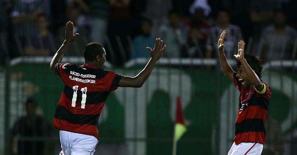 14.04.2013 - Renato Abreu comemora com Léo Moura um dos gols do Flamengo no clássico