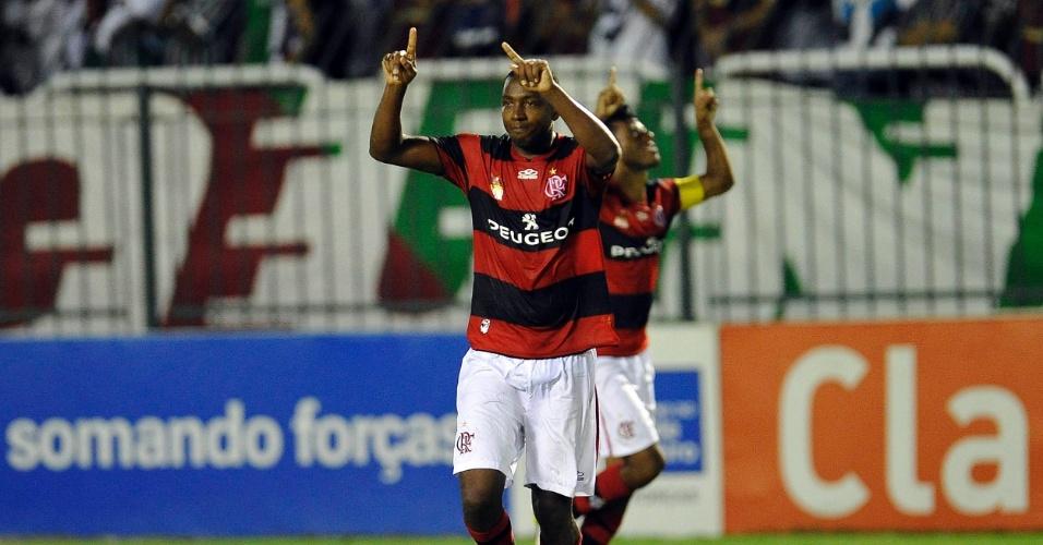 14.04.2013 - Renato Abreu comemora um de seus gols pelo Flamengo no clássico contra o Fluminense