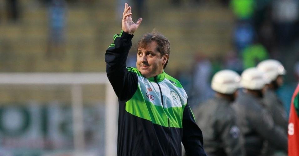 14.abr.2013 - Aplaudido, Gilson Kleina, técnico do Palmeiras, acena para os torcedores do clube após a vitória por 4 a 1 sobre o Guarani