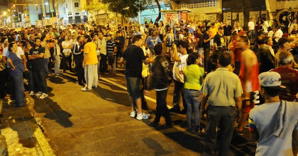 14.abr.2013 - Apoiadores do governo venezuelano e opositores entram em conflito em frente a um centro de votação em Caracas neste domingo (14). De acordo com o CNE (Conselho Nacional Eleitoral),  mais de 40 pessoas foram presas por crimes eleitorais durante o pleito realizado na Venezuela