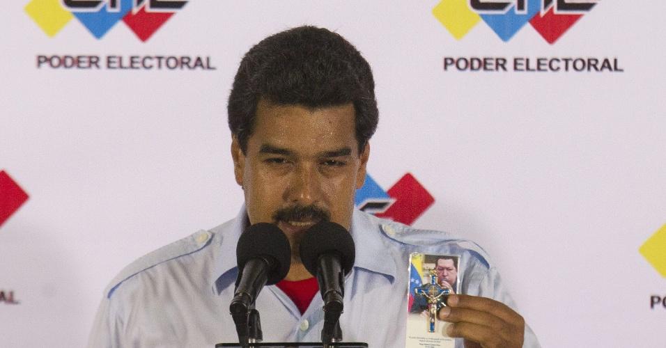 14.abr.2013 - Após votar na cidade de Caracas, Nicolás Maduro, candidato à presidência do país, organizou uma coletiva de imprensa e disse que as eleições deste ano estão batendo recorde de participação popular. Segundo dados fornecidos pelo presidente interino do país, já votaram 11,5 milhões dos 18,8 milhões convocados ao pleito