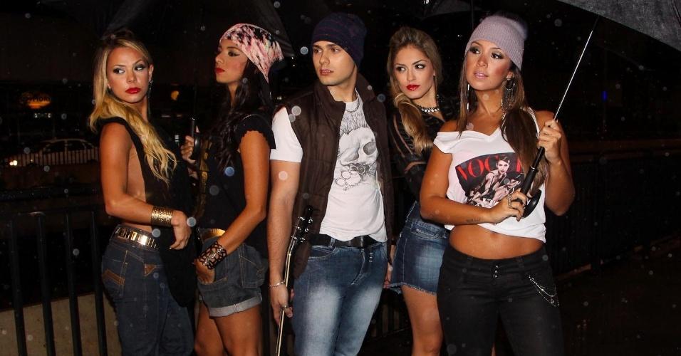 14.abr.2013 -  As bailarinas do Faustão e o modelo Ivan Vemado fizeram um ensaio ousado para um grife de jeans na Avenida Paulista, em São Paulo
