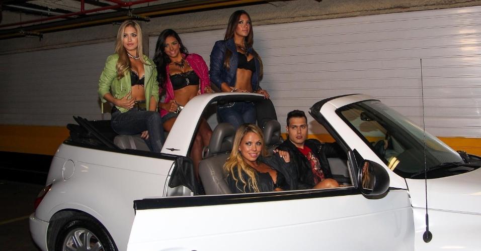 14.abr.2013 -  As bailarinas do Faustão Tainá Grando, Katia Volkland e Helen Cris fizeram um ensaio ousado para um grife de jeans na Avenida Paulista, em São Paulo