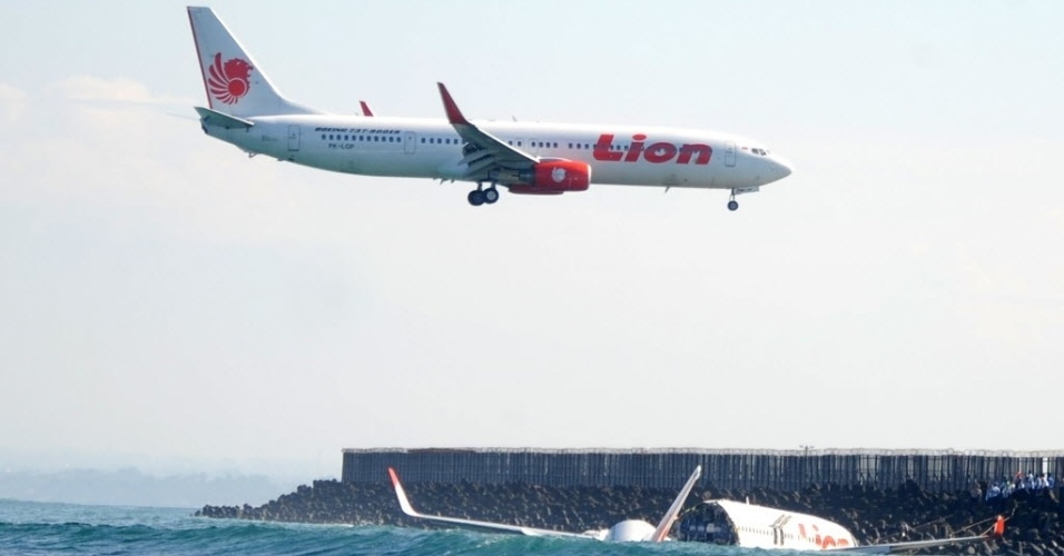 14.abr.2013 - Avião da empresa Lion Air pousa no aeroporto internacional de Bali, na Indonésia, ao lado de onde uma aeronave da mesma companhia caiu no mar no sábado (13), por causas ainda desconhecidas