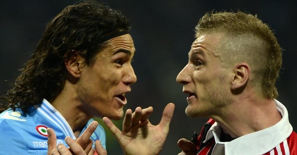 14.abr.2013 - Cavani e Abate, respectivamente, se encaram na partida entre Milan e Napoli pelo Campeonato Italiano