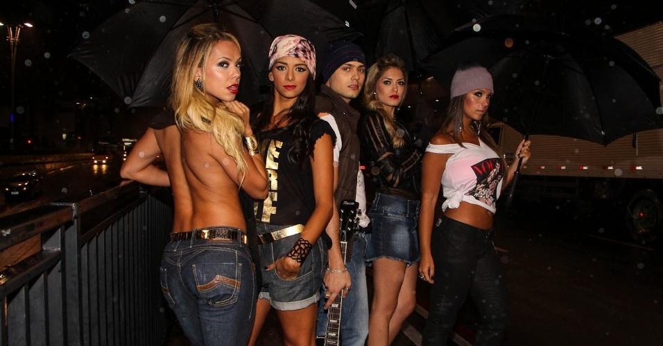14.abr.2013 - Com roupas sensuais, as bailarinas do Faustão Tainá Grando, Katia Volkland e Helen Cris fizeram um ensaio ousado para um grife de jeans na Avenida Paulista, em São Paulo