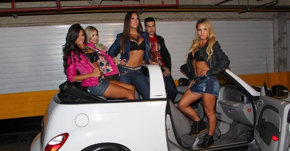 14.abr.2013 - Em um carro conversível, as bailarinas do Faustão fizeram um ensaio ousado para um grife de jeans na Avenida Paulista, em São Paulo