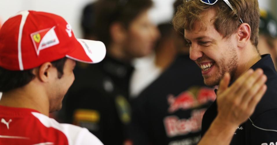 14.abr.2013 - Felipe Massa cumprimenta Sebastian Vettel antes da largada do GP da China
