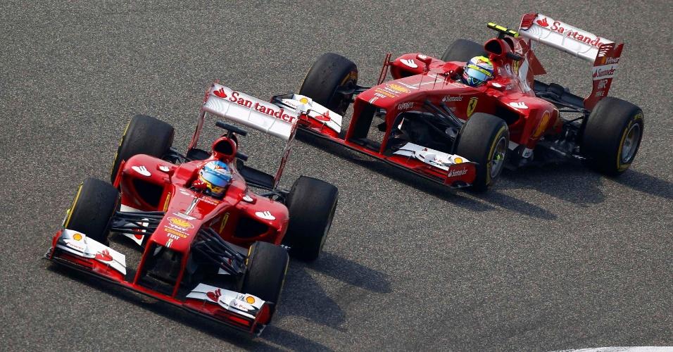 14.abr.2013 - Ferraris de Fernando Alonso e Felipe Massa tiveram desempenho muito bom no começo do GP da China