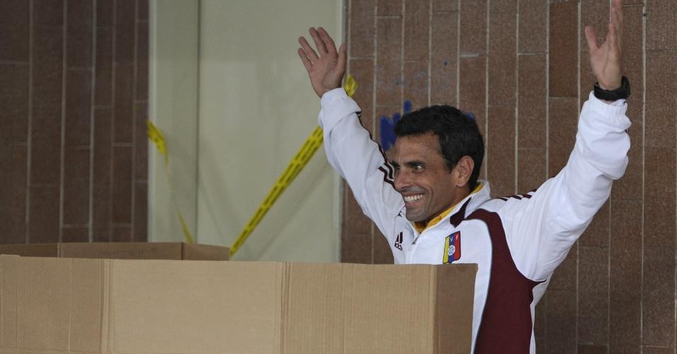 14.abr.2013 - Henrique Capriles, candidato à presidente da Venzuela, acena para fotógrafos durante preparação para votar em Caracas, capital do país. De acordo com pesquisas, Nicolás Maduro, sucessor de Chávez, tem uma pequena vantagem sobre Capriles