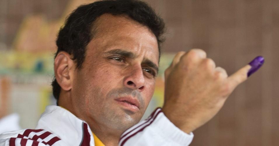 14.abr.2013 - Henrique Capriles, candidato à presidente da Venzuela, exibe dedo manchado após ter votado em distrito eleitoral na cidade de Caracas. De acordo com pesquisas, Nicolás Maduro, sucesso de Chávez, tem uma pequena vantagem sobre Capriles