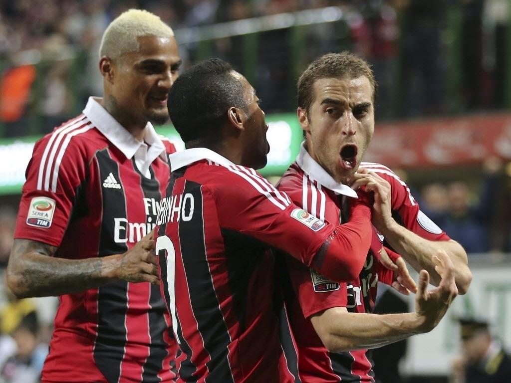 14.abr.2013 - Observado por Boateng, Robinho abraça Flamini, autor do gol do Milan contra a Napoli
