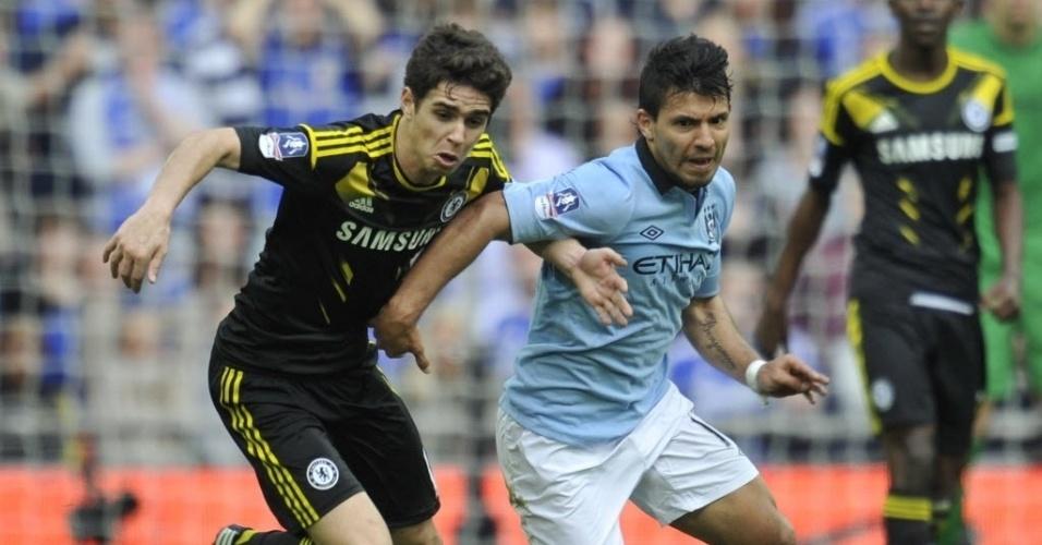 14.abr.2013 - Oscar (esq.), meia brasileiro do Chelsea, disputa a bola com Aguero, do Manchester City, durante semifinal da Copa da Inglaterra