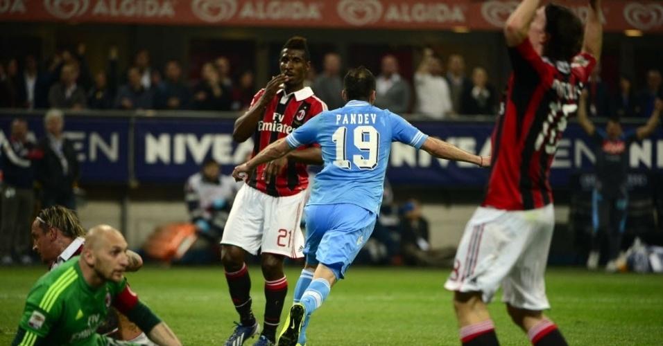 14.abr.2013 - Pandev (azul) sai para comemora o gol da Napoli contra o Milan