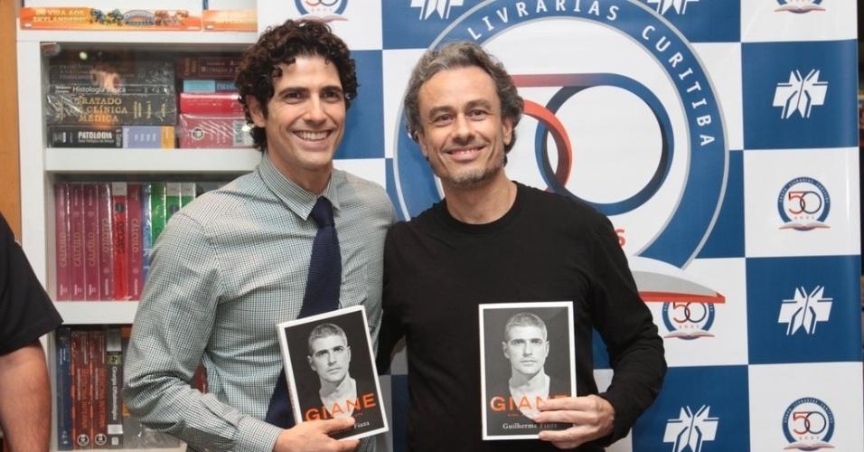 """14.abr.2013 - Reynaldo Gianecchini e Guilherme Fiuza participaram de tarde de lançamento do livro """"Giane, vida, arte e luta"""" na livraria Palladium, em Curitiba"""