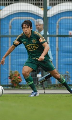 14.abr.2013 - Tiago Real, atacante do Palmeiras, tenta o drible para cima de Wellyson, do Guarani, em jogo no Pacaembu