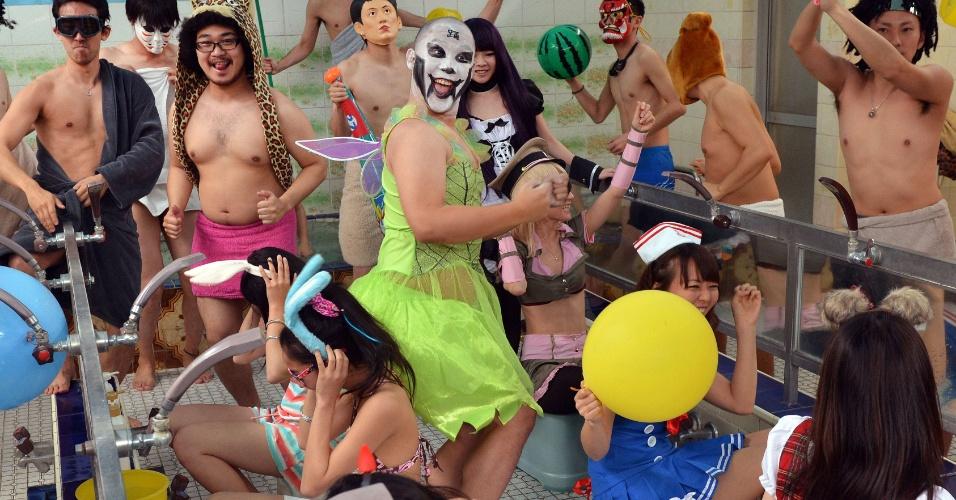 """14.anri.2013 - Japoneses fantasiados fazem versão da dança maluca """"Harlem Shake"""" que virou viral no YouTube. O local escolhido foi um sento, centenário banho público de Tóquio"""