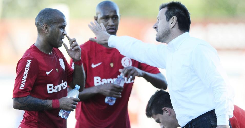 Dunga conversa com Gabriel durante jogo Internacional x Juventude (14/04/2013)