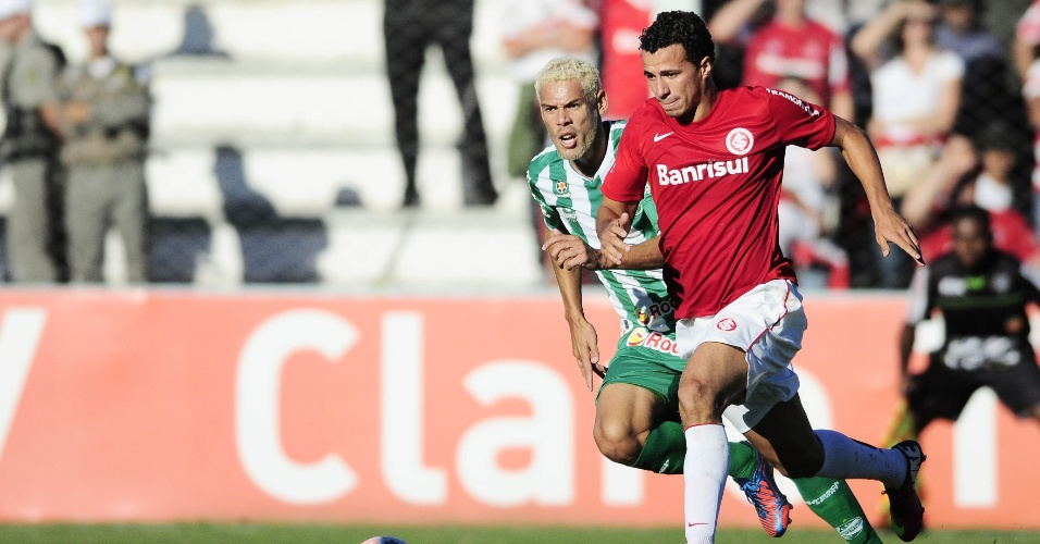 Leandro Damião avança com a bola durante última rodada da Taça Farroupilha (14/04/2013)