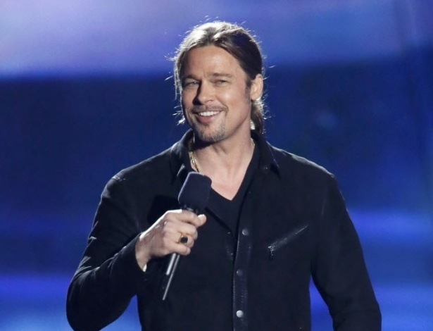 14.abr.2013 - Brad Pitt apresenta o prêmio de Filme do Ano durante o MTV Movie Awards 2013