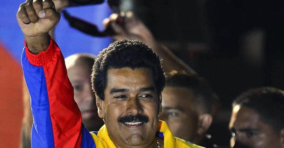 14.abr.2013 - Nicolás Maduro comemora após anúncio de sua vitória na eleição para a Presidência da Venezuela