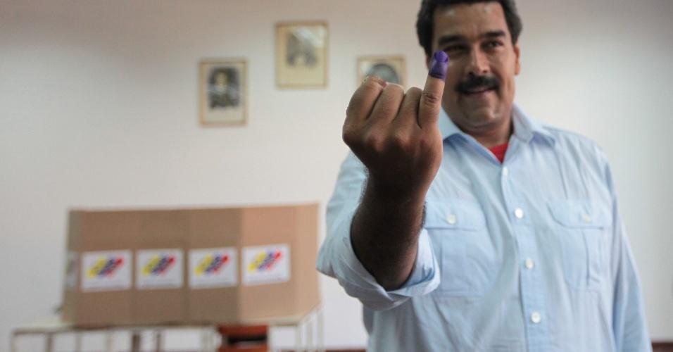 14.abr.2013 - Nicolás Maduro, presidente eleito da Venezuela, mostra dedo sujo após votação em pleito neste domingo. Maduro derrotou Henrique Capriles, candidato da oposição que no ano passado também tinha perdido para Hugo Chávez