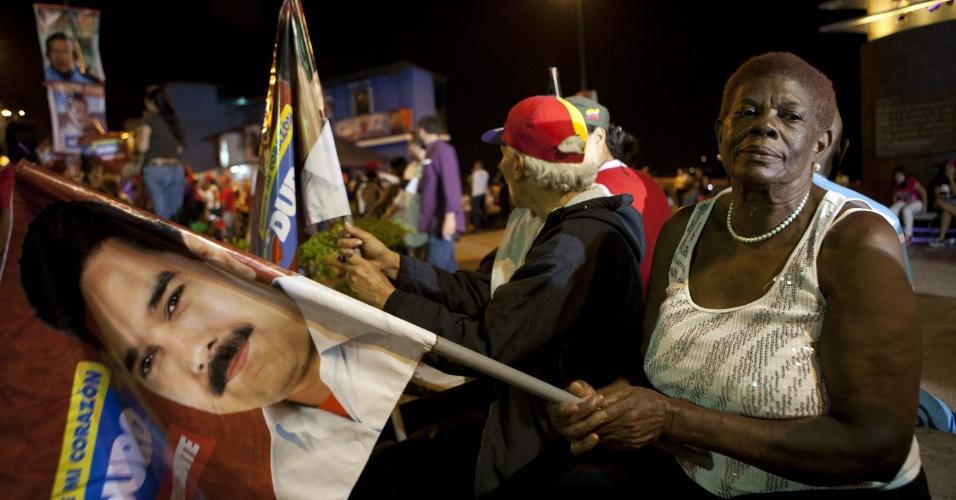 14.abr.2013 - Seguidores de Nicolás Maduro, presidente eleito da Venezuela, saem comemorando pelas ruas de Caracas após o fim da votação no país, mesmo sem saber o resultado. Maduro derrotou Henrique Capriles, candidato da oposição que no ano passado também tinha perdido para Hugo Chávez