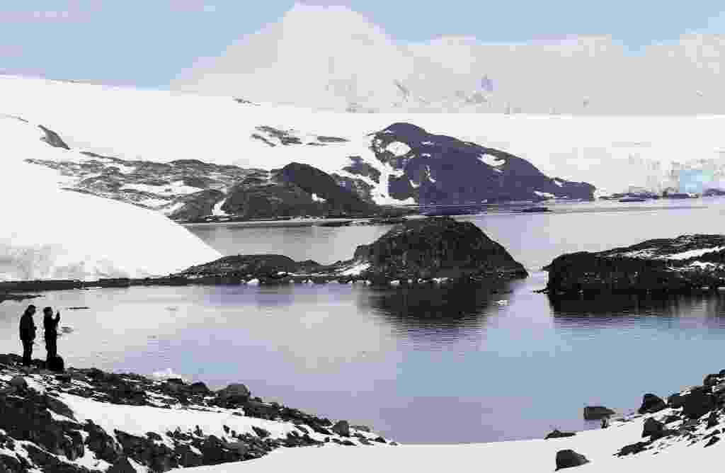 15.abr.2013 - A quantidade de neve que derrete todo verão na Antártida é dez vezes maior do que há 600 anos, constata estudo feito na ilha de James Ross, no norte da geleira. Apesar das temperaturas subirem há centenas de anos, o degelo se intensificou apenas na metade do século 20, revela a pesquisa publicada na revista Nature Geoscience nesta segunda-feira (15) - Felipe Trueba/Efe