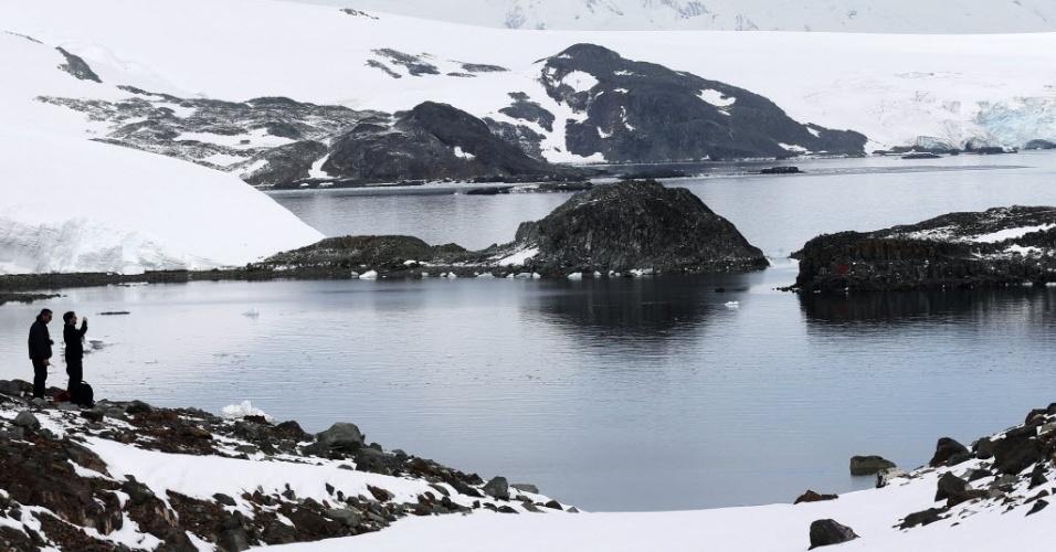 15.abr.2013 - A quantidade de neve que derrete todo verão na Antártida é dez vezes maior do que há 600 anos, constata estudo feito na ilha de James Ross, no norte da geleira. Apesar das temperaturas subirem há centenas de anos, o degelo se intensificou apenas na metade do século 20, revela a pesquisa publicada na revista Nature Geoscience nesta segunda-feira (15)