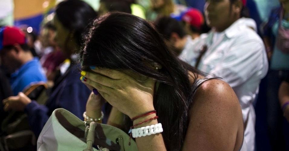 15.abr.2013 - Apoiadora do candidato de oposição à Presidência da Venezuela, Henrique Capriles, chora após a divulgação do resultado das eleições. O chavista Nicolás Maduro venceu o adversário com 50,6% dos votos