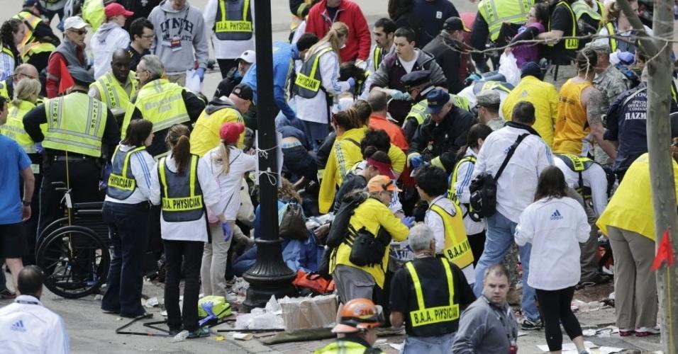 15.abr.2013 - Após explosões próximas a linha de chegada da Maratona de Boston, médicos socorrem feridos
