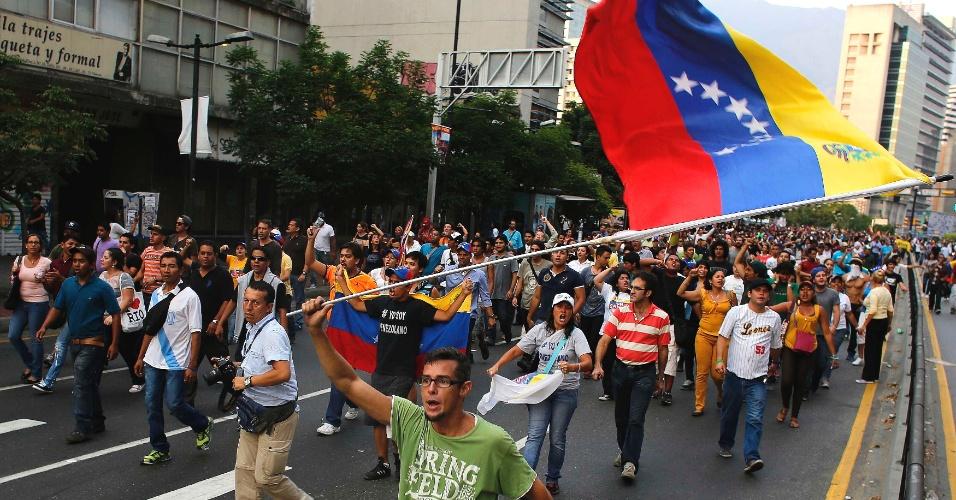 15.abr.2013 -  Centenas de manifestantes foram às ruas de Caracas protestar contra a eleição de Nicolás Maduro, proclamado presidente da Venezuela nesta segunda-feira (15). Houve confronto com a polícia, que usou bombas de gás lacrimogênio para dispersar a multidão