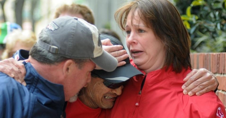 15.abr.2013 - Corredor chora ao encontrar amigos e se salvar após duas explosões ocorridas próximas à linha de chegada da Maratona de Boston