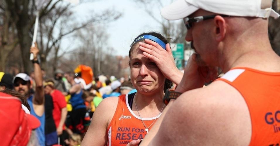 15.abr.2013 - Corredora chora em meio a tumulto após explosões próximas à linha de chegada da Maratona de Boston