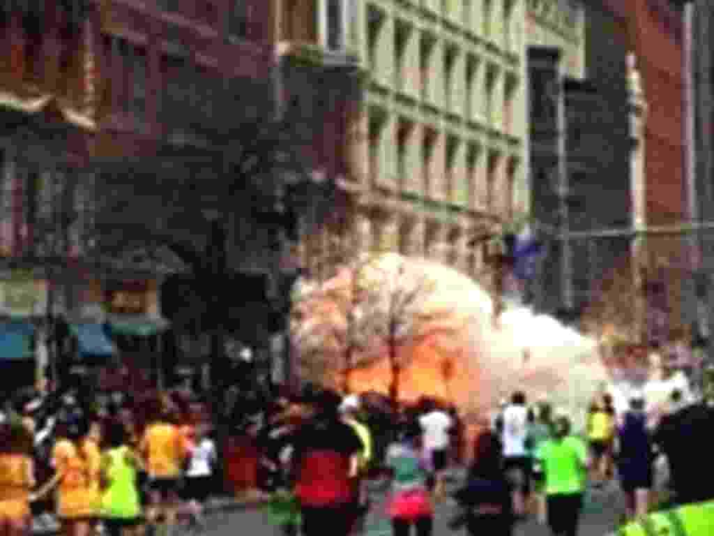 15.abr.2013 - Duas explosões ocorridas perto da linha de chegada na Maratona de Boston deixam feridos - AP Photo/WBZTV