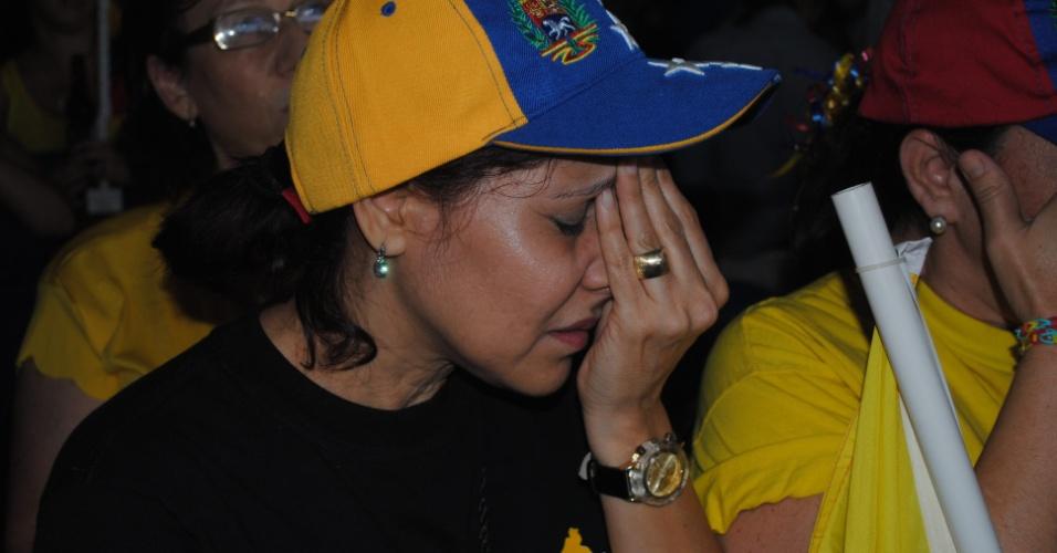 15.abr.2013 - Eleitora de Henrique Capriles, candidato oposicionista derrotado na eleição presidencial venezuelana, lamenta a vitória do chavista Nicolás Maduro, em Miami, na Flórida. Maduro vai suceder o ex-presidente, Hugo Chávez, morto há pouco mais de um mês