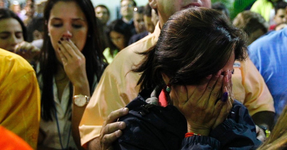 15.abr.2013 - Eleitores de Henrique Capriles, candidato oposicionista derrotado na eleição presidencial venezuelana, lamentam a vitória do chavista Nicolás Maduro, herdeiro político do chavismo e que vai suceder o ex-presidente, morto há pouco mais de um mês