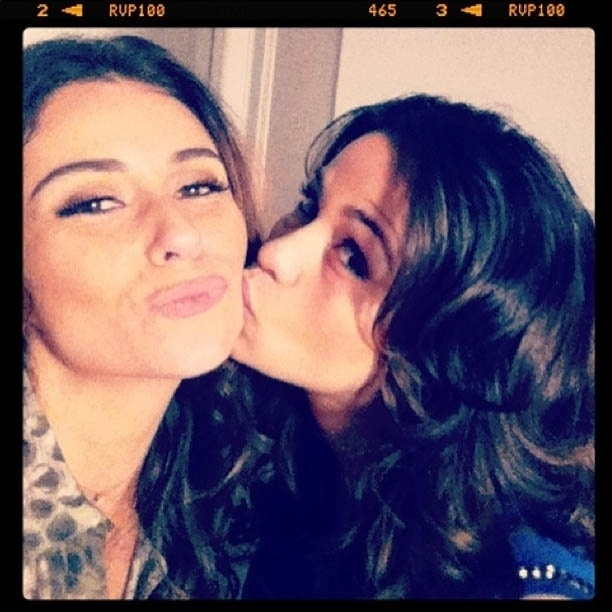 15.abr.2013 - Giovanna Antonelli ganha beijo de Nanda Costa nos bastidores de ?Salve Jorge?