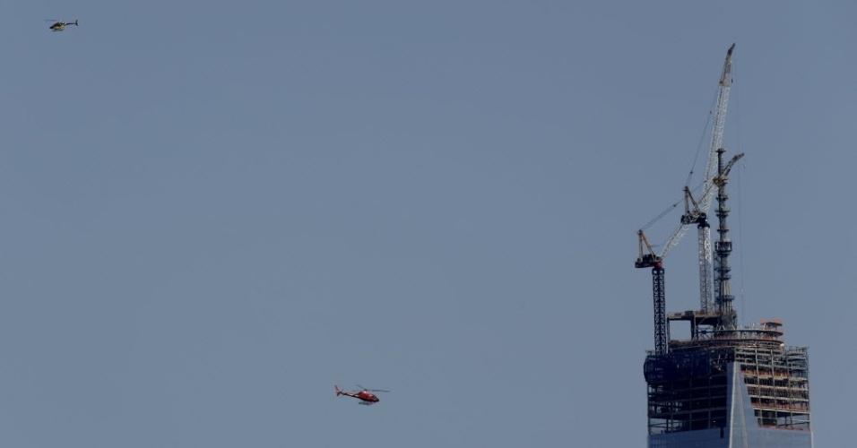 15.abr.2013 - Helicópteros rondam uma torre do World Trade Center e aumentam segurança em Nova York após explosões na Maratona de Boston