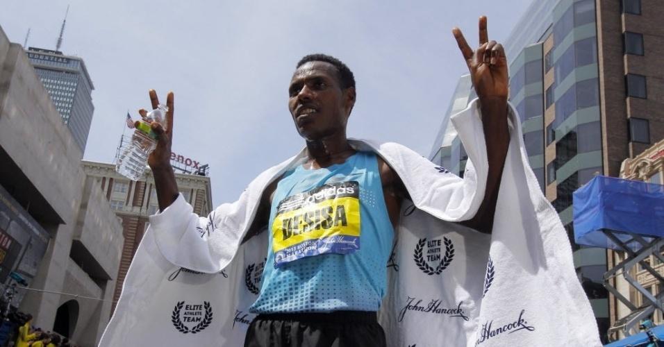 15.abr.2013 - Lelisa Desisa Benti, da Etiópia, foi o vencedor da prova masculina da Maratona de Boston