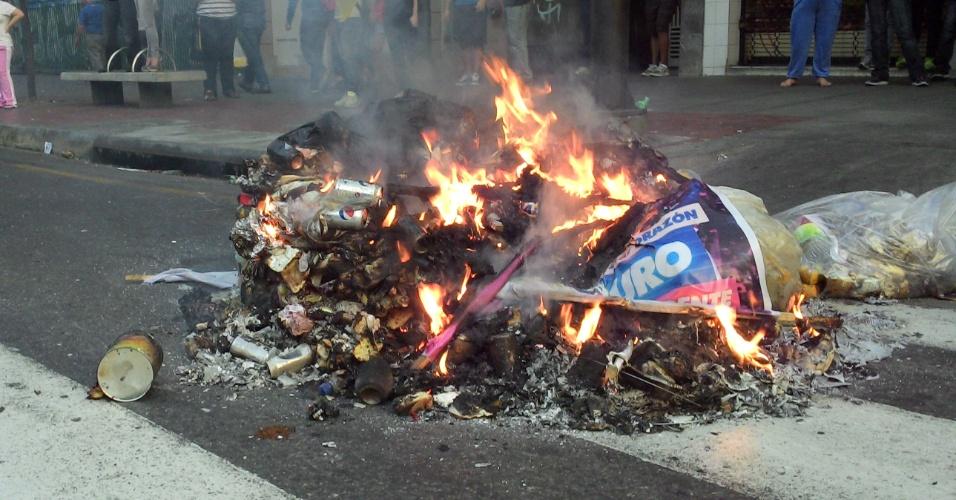 15.abr.2013 - Material de campanha é queimado nas ruas de Caracas, na Venezuela, nesta segunda (14). O presidente eleito, Nicolás Maduro foi proclamado presidente de Venezuela pelo CNE (Conselho Nacional Eleitoral da Venezuela)