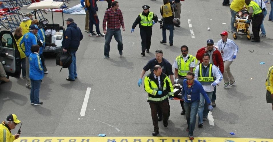 15.abr.2013 - Médicos prestam socorro a ferido após explosão ocorrida na Maratona de Boston