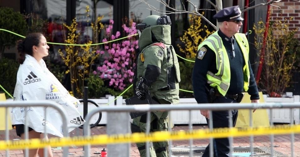15.abr.2013 - Membro do esquadrão antibombas dos Estados Unidos investiga objeto suspeito após explosões na Maratona de Boston