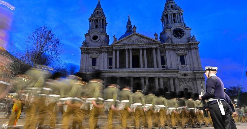15.abr.2013 - Militares britânicos marcham próximos à Catedral de St. Paul, em Londres, nas primeiras horas da manhã, durante ensaio do funeral da ex-primeira-ministra Margaret Thatcher, nesta segunda-feira (15). Thatcher morreu dia 8 de abril, aos 87 anos