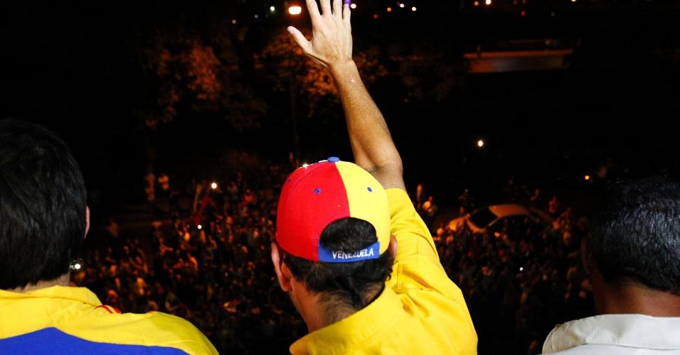 15.abr.2013 - O candidato oposicionista Henrique Capriles, que foi derrotado na eleição presidencial pelo chavista Nicolás Maduro, acena para a multidão de apoiadores que foi à frente da sede de sua campanha para ouvir seu discurso, feito após o anúncio da vitória de Nicolás Maduro